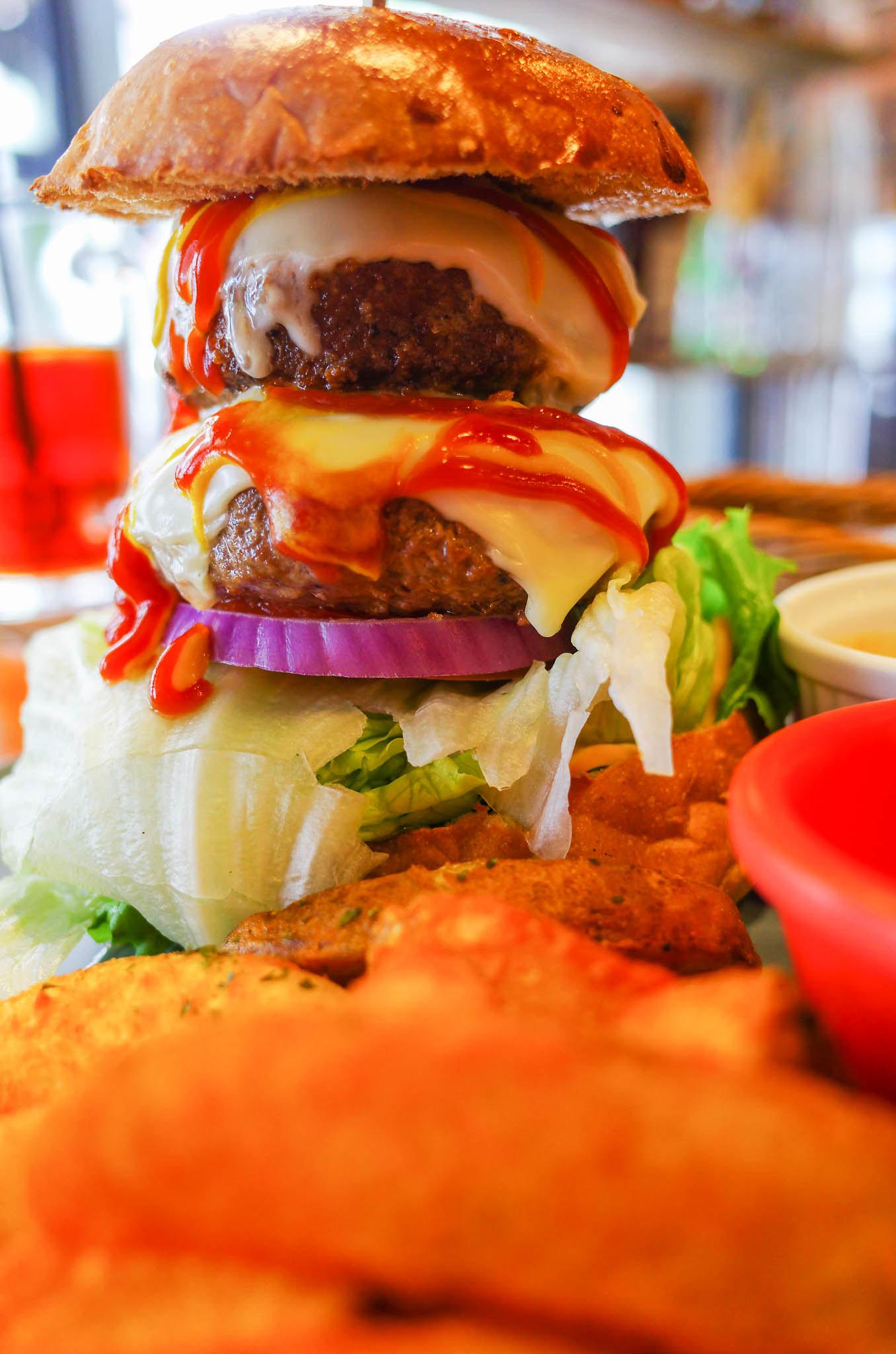 讓你下巴脫臼的漢堡.....