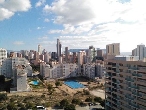 Fabulosas vistas a la montaña y al mar, muy soleado.  Pida más información en su agencia inmobiliaria Asegil de Benidorm  www.inmobiliariabenidorm.com