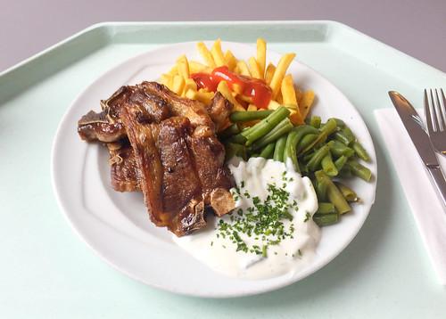 Grilled lamb chops with tzatziki, beans & french fries / Gegrillte Lammkotelettes mit Tzatziki, Bohnen & Pommes Frites