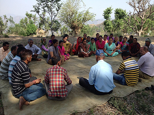 थलीसैण ब्लॉ़क में क्लस्टर मीटिंग करते हुए ग्रामीण