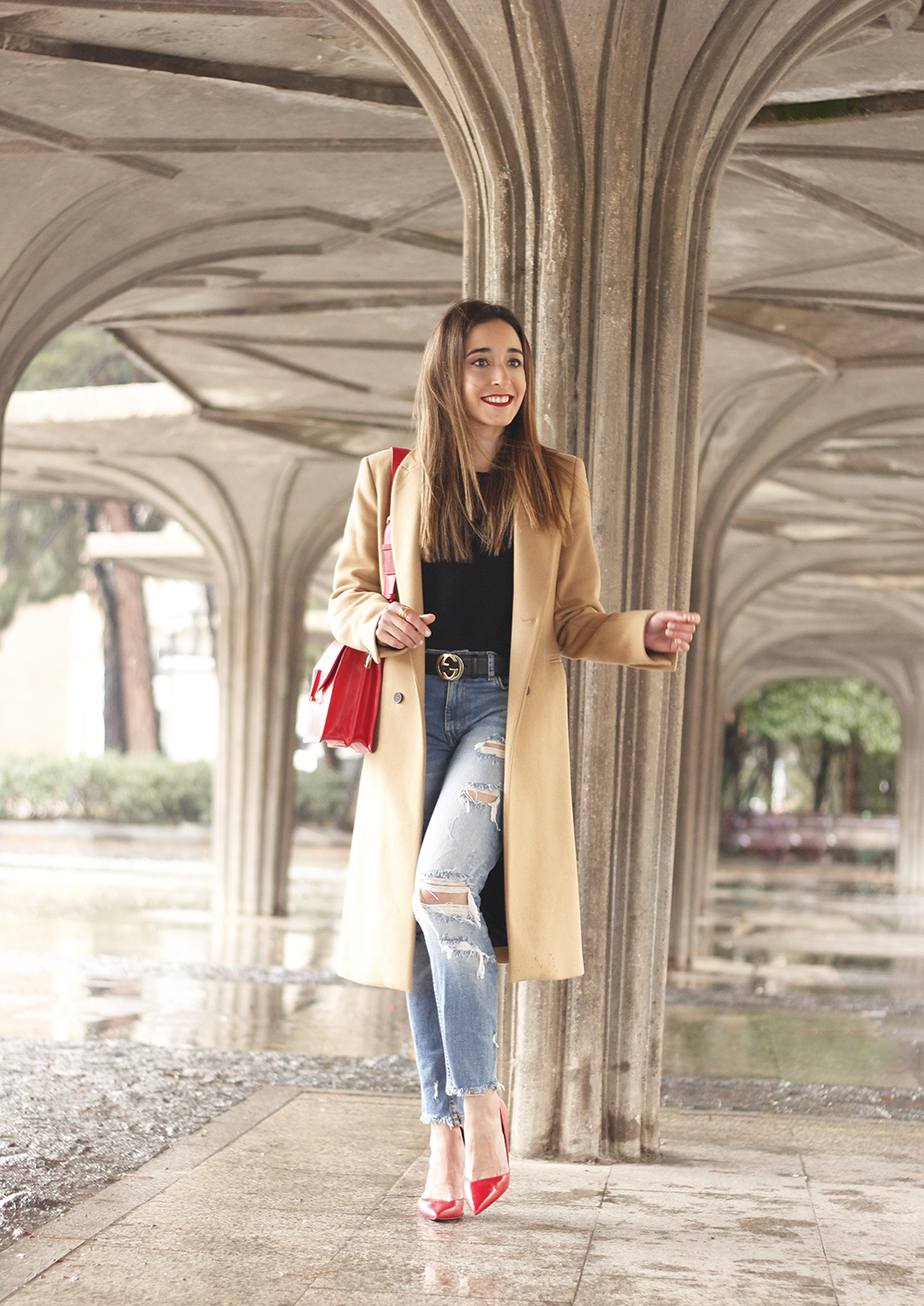 camel coat red valentinobags black outfit winter style fashion04