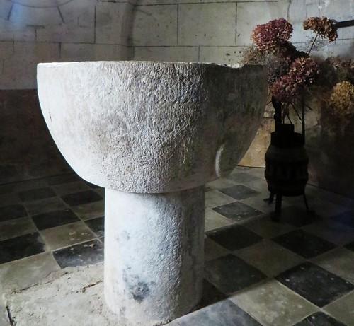 Absidiole (XIIIe) et fonts baptismaux, église romane, St Blaise (XIIe-XIIIe), Lacommande, Béarn, Pyrénées-Atlantiques, Nouvelle-Aquitaine, France.