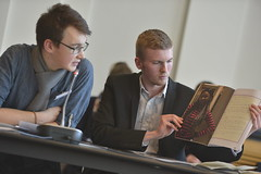 Lennart Glaser und Henning Rogge stellen die Gewinnerzeitungen für den Sonderpreis des BMFSFJ vor.