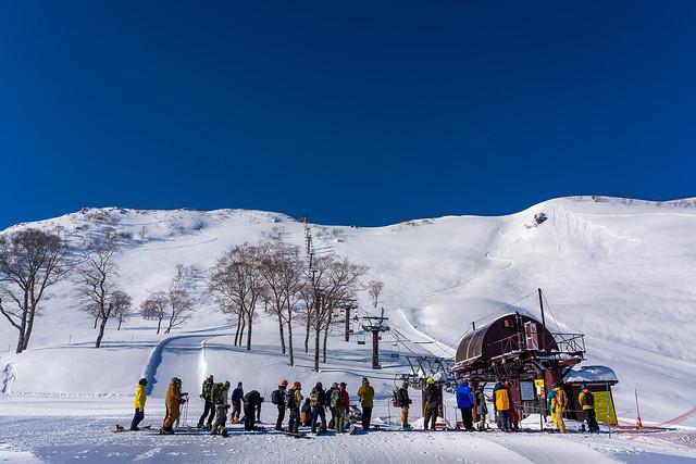 リフト待ちのスキーヤーとボーダー@天神平