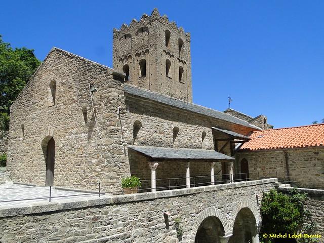 Abbaye de Saint Martin du Canigou - Vue de l'Église supérieure avec la Tour porche en arrière plan