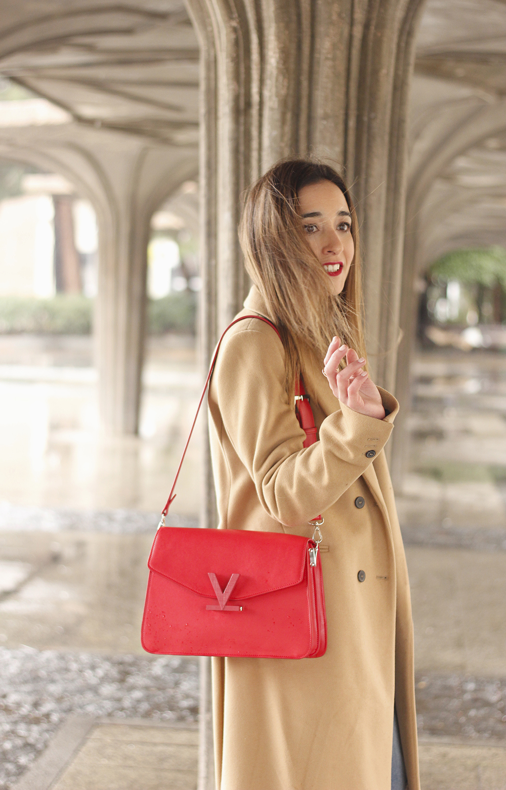 camel coat red valentinobags black outfit winter style fashion09