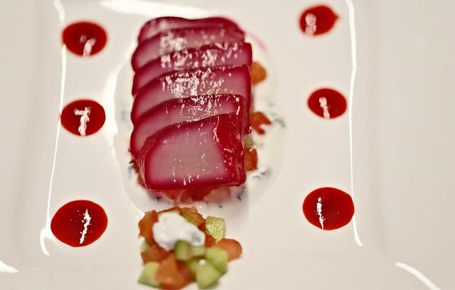 In Rote-Beete-Saft marinierte Jakobsmuschel auf Tomaten-Gurken-Quark