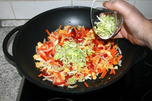 43 - Chili, Möhren, Paprika, Frühlingszwiebeln & Lauch addieren / Add chilis, carrots, bell pepper, scallions & leek