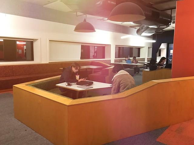 ANU第二大Hancock圖書館內部有可用餐的討論區,還附有微波爐跟販賣機,十分貼心與方便。圖書館內大部分的地方都可以吃輕食,顛覆過往的既定印象。