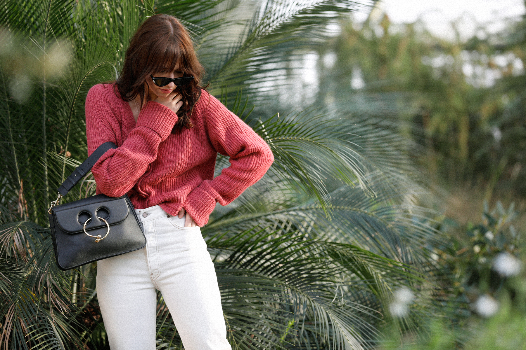 outfit palm trees holiday in winter garden summer spring red cardigan parisienne style pierce bag j.w. anderson white jeans flattered slippers cat-eye sunglasses last lolita le specs adam selman ricarda schernus catsanddogbslog modeblogger düsseldorf 4