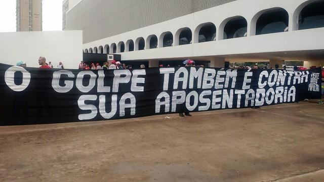 Manifestantes realizam protesto em Fortaleza contra a reforma da Previdência