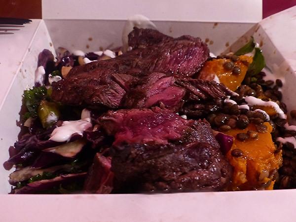 viande grillée salade
