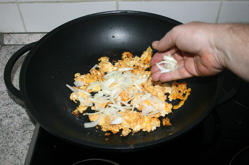 42 - Zwiebel, Knoblauch & Ingwer in Wok geben / Put onion, garlic & ginger in wok