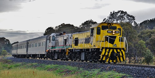 4701+4702 lead the AK cars track inspection train at Clergate, NSW.