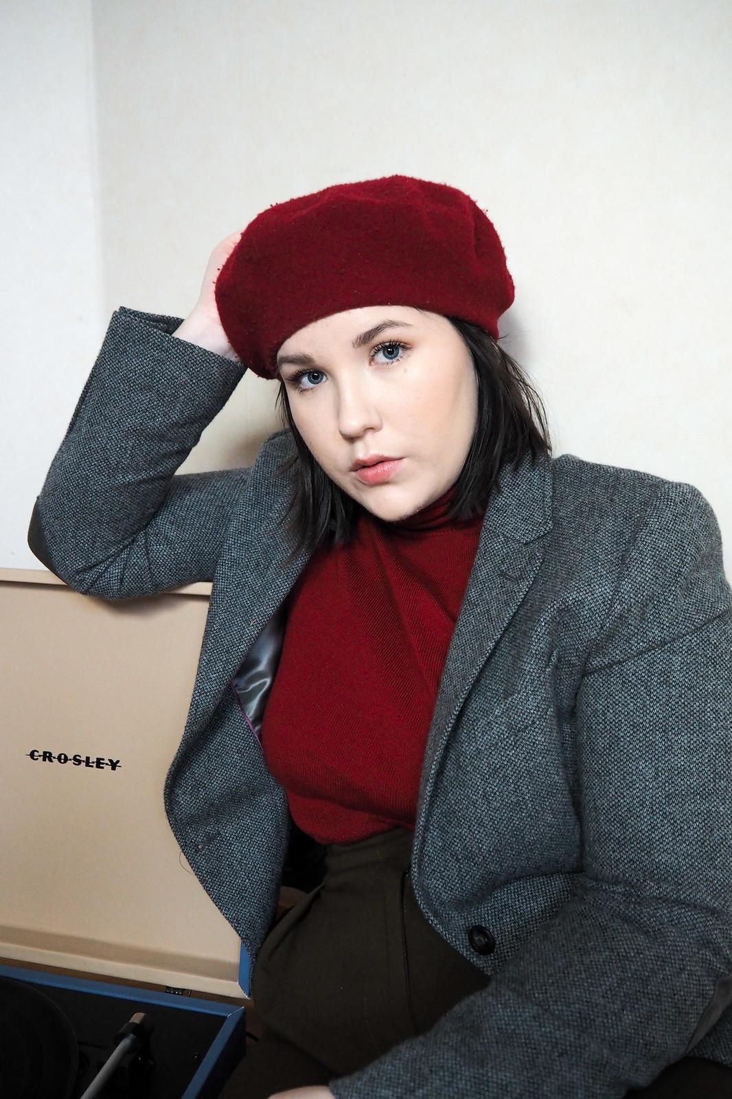Punainen poolopaita, gant harmaa jakku, punainen baskeri-6
