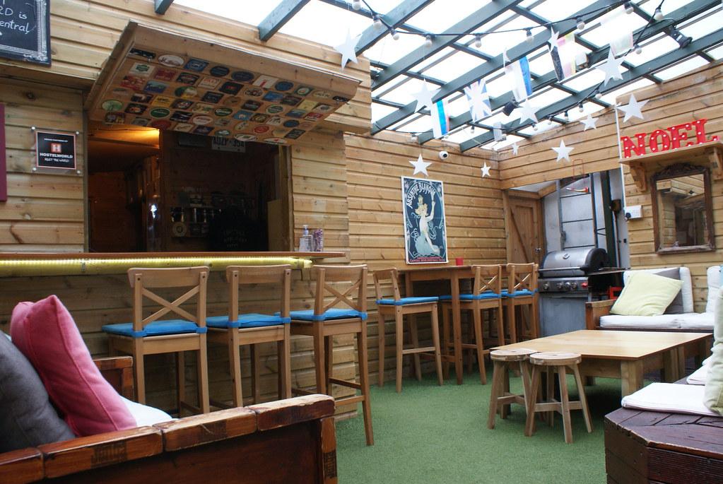 Salle commune sous les toits de l'auberge Backpacker Central à Oxford.