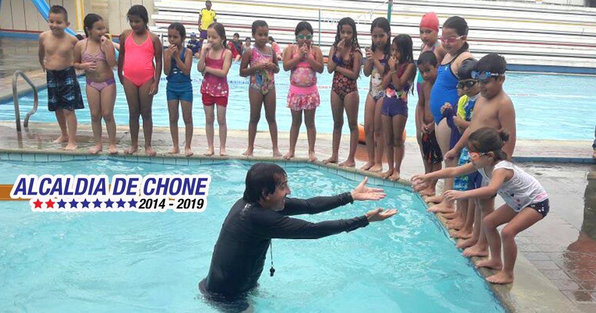 350 niños en cursos de natación en el club 24 de Julio