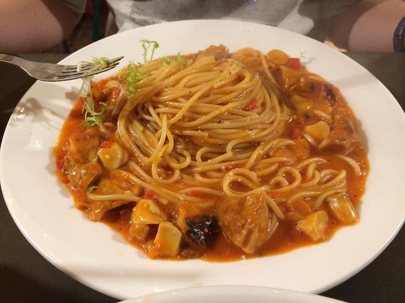 Hun 帕維雅紅醬雞腿肉義大利麵