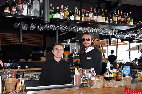 Mehmet Ongan ve Restoran Şefi Mustafa Topaloğlu Albüm için poz verdi.