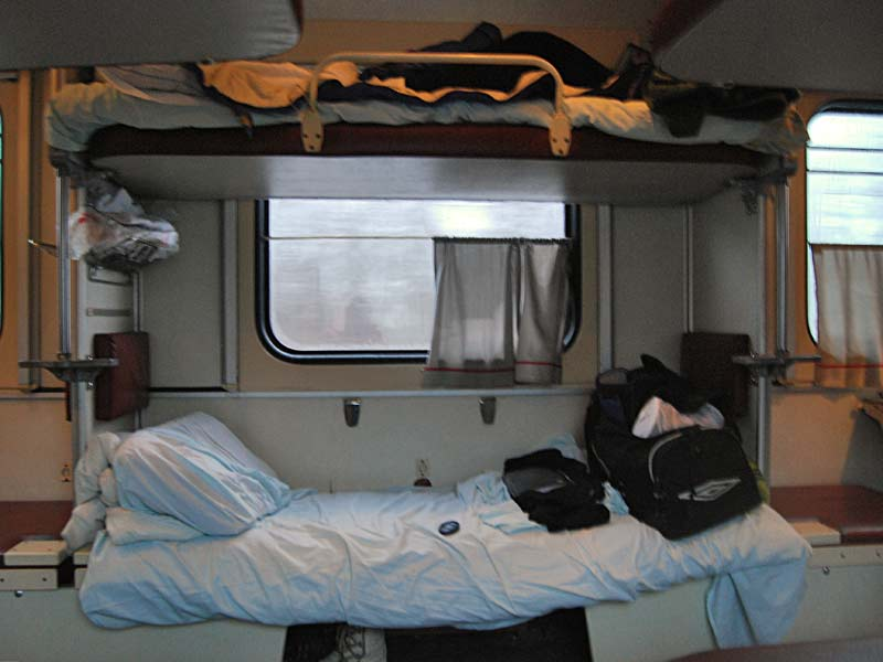 Cama litera en ventana en un vagón de tercera clase transiberiano