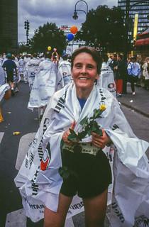 Gisela im Ziel des Berlin-Marathons mit neuer Bestzeit 3:27