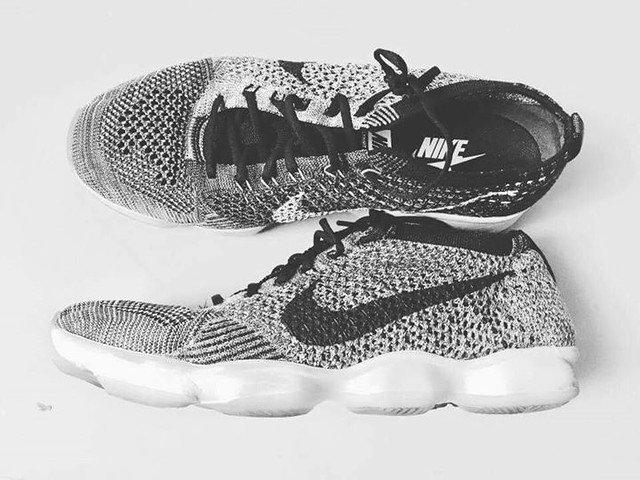 【手帖365】Nike Flyknit Zoom Agility 這算是我第一雙訓練鞋,也是目前最喜歡的一雙運動鞋,編織鞋面輕盈透氣且彈性十足,鞋身以及黑灰白織紋很有設計感,Nike 的Flyknit編織款式是我最欣賞的一系列,之後再出的鞋款都無法讓我心動,現在想想很後悔當初沒再入手一雙編織的跑鞋。至於缺點也不是沒有,因為鞋身輕盈所以作為訓練鞋稍嫌不夠穩定。 #生活手帖365 →看其他生活手帖365:http://ift.tt/2zUSHDp