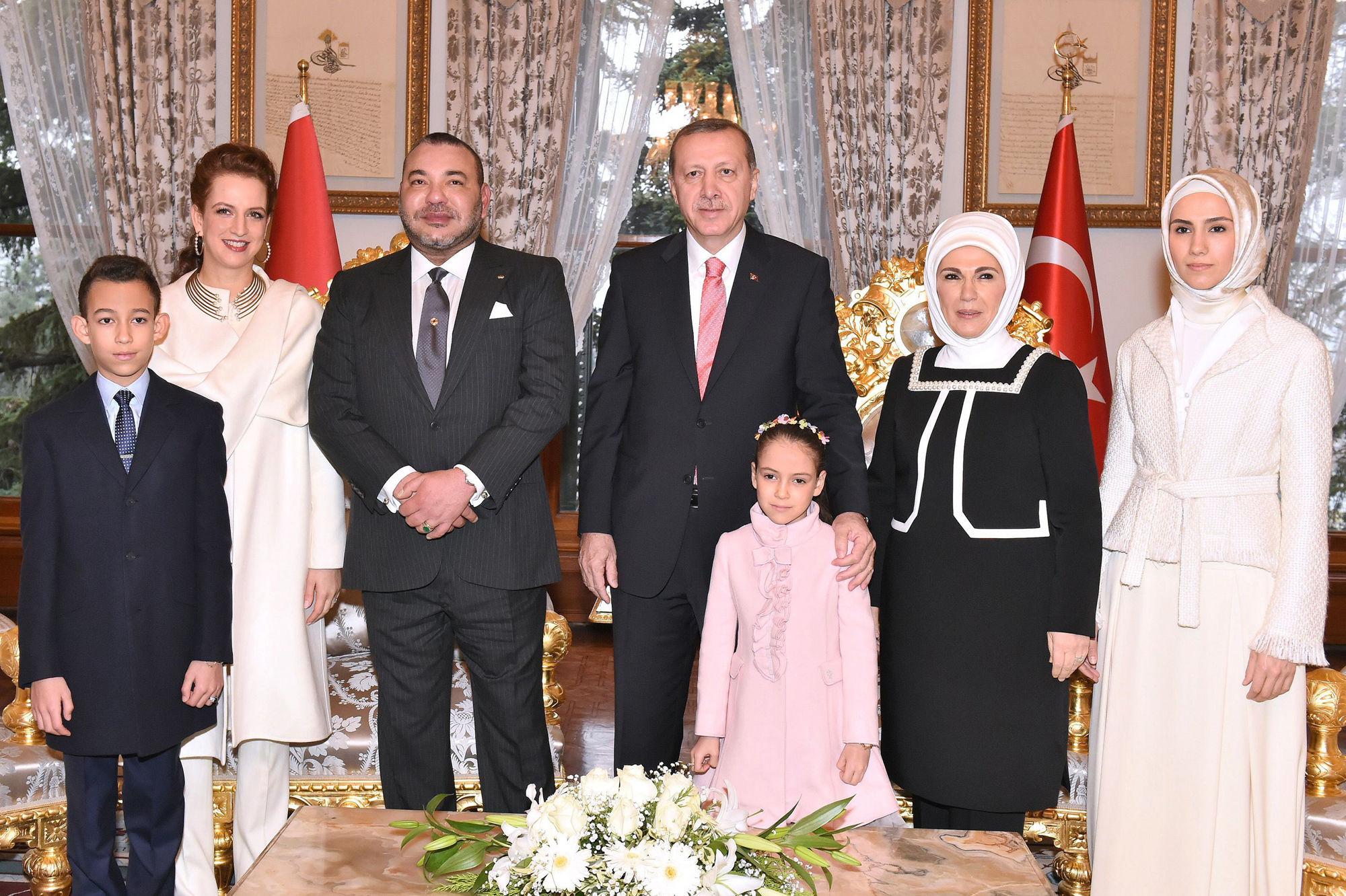 Le-roi-Mohammed-VI-du-Maroc-prend-la-pose-en-famille-avec-celle-du-president-Recep-Tayyip-Erdogan-lors-d-une-visite-privee-en-Turquie