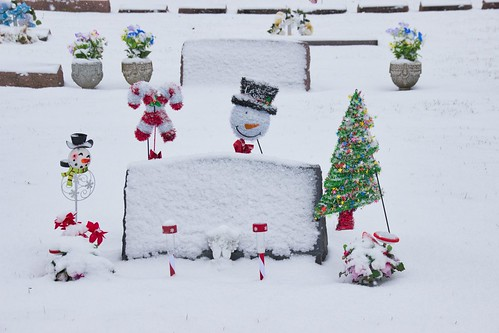 IMG_11456_Decorated_Grave_in_Snow