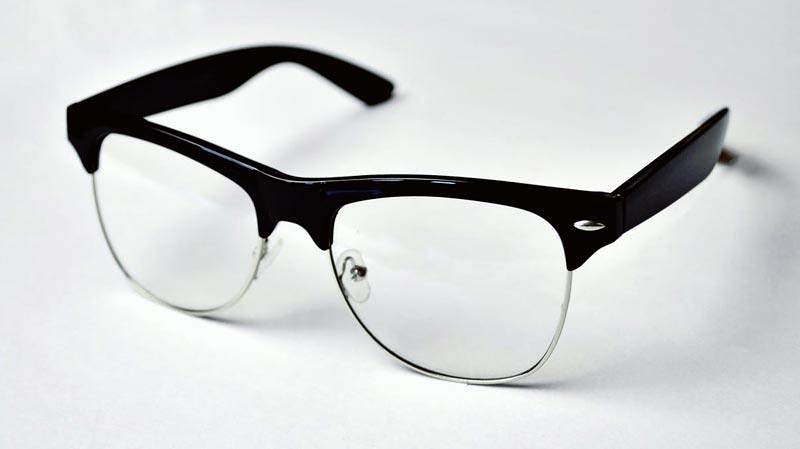Pastikan tangan Anda bebas dari kotoran sebelum membersihkan kacamata