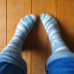 I finished my #skew socks thursday at the @stickscups yarn lounge. They are very pretty (they look like ice cream!) but it is a struggle to get the on and off. The construction of the pattern does not suit my feet. #yarnygoodness #yarnlove #knittingaddict