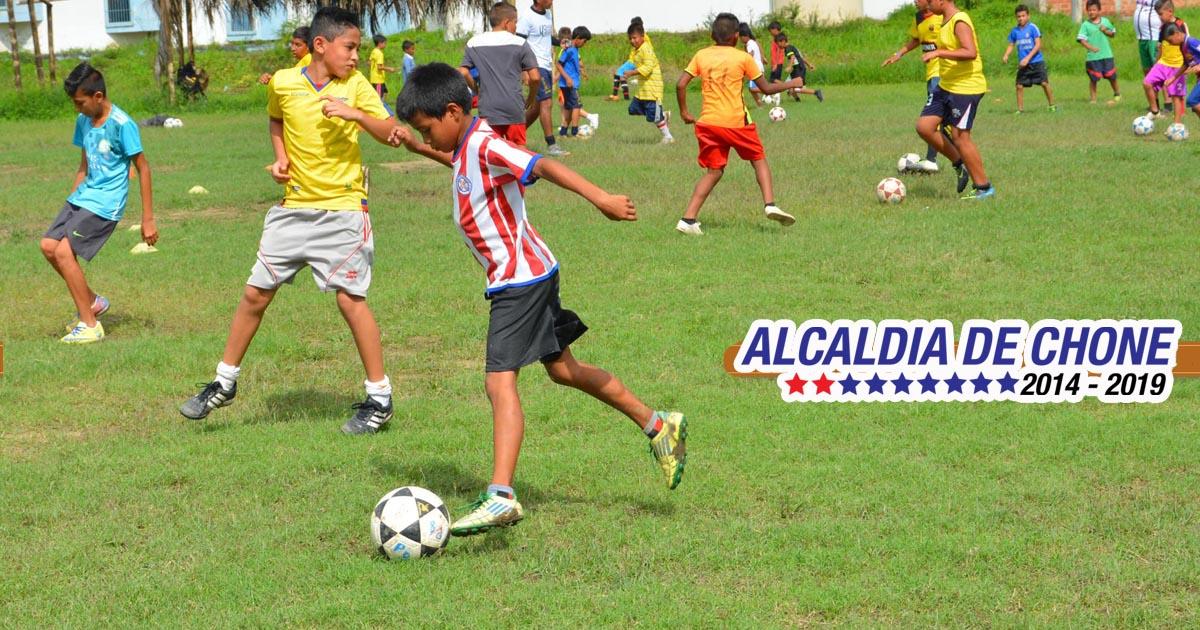 700 niños aprendiendo fútbol