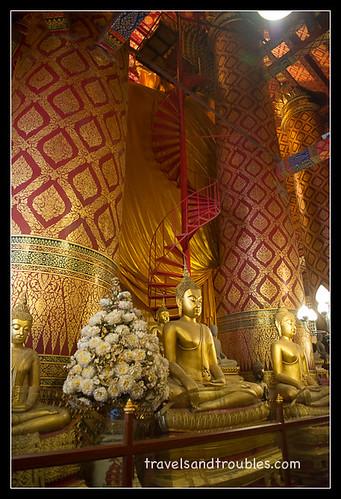 De trap naar de schouder van de Boeddha