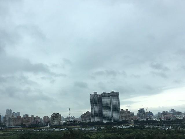 坐在計程車上看到的橋上風景