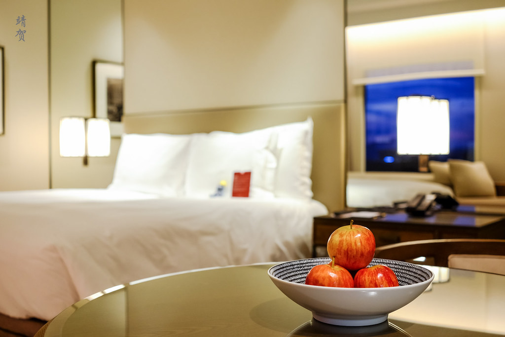 Apples in the room