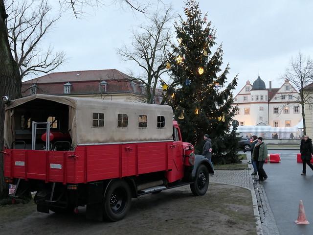 Weihnachtsmarkt KW #3: Feuerwehrfahrzeug und Jagdschloss