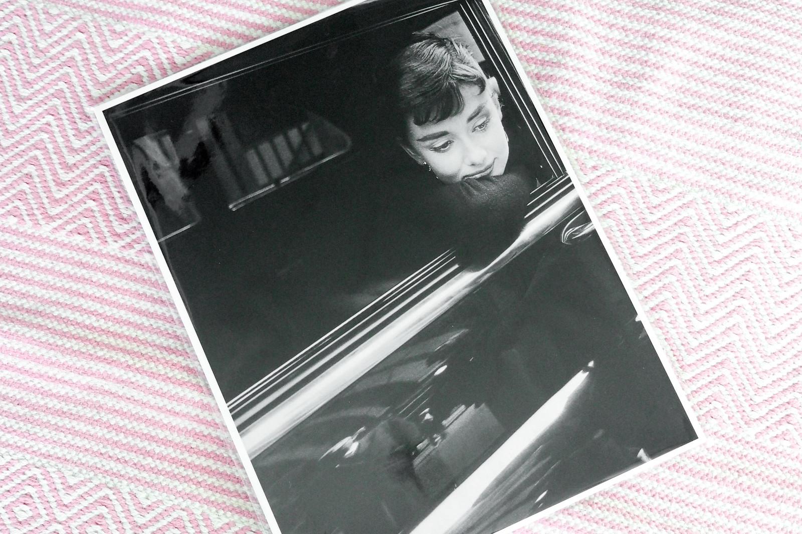 mustavalkoinen Audrey Hepburn juliste