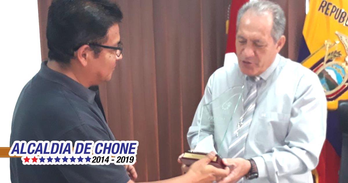OAGLE entrega placa de reconocimiento al alcalde de Chone