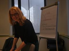 Claudia Hammermüller bereitet die Schülerinnen und Schüler auf ihre Jurytätigkeit vor.