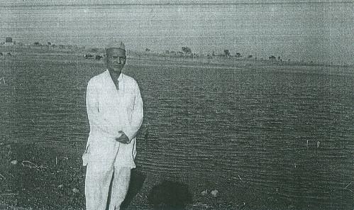 समाज की जागृति से जिंदा हुआ कनारदी का तालाब। किनारे खड़े हैं पानी  समिति अध्यक्ष श्री रामचन्द्र गामी