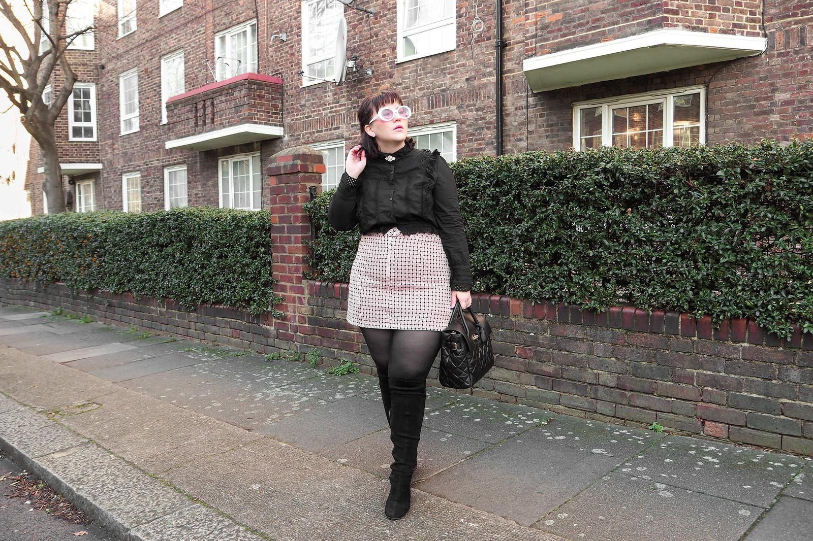 Musta pitsinen paita, vaaleanpunainen ruutuhame, 60-luvun aurinkolasit-7