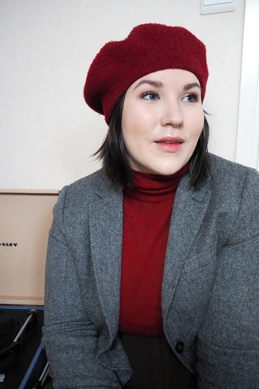 Punainen poolopaita, gant harmaa jakku, punainen baskeri-4