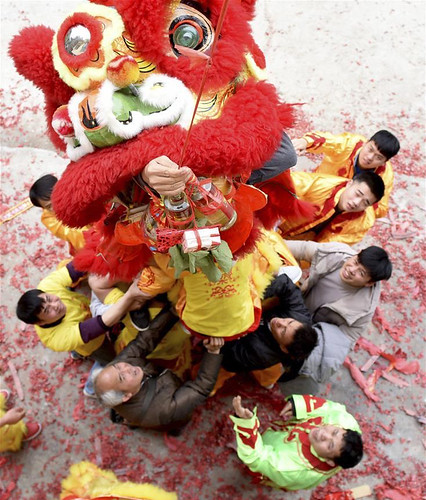 People perform lion dance in Doujiang Town of Sanjiang Dong Autonomous County, south China's Guangxi Zhuang Autonomous Region, Feb. 16, 2018. From xinhuanet.com