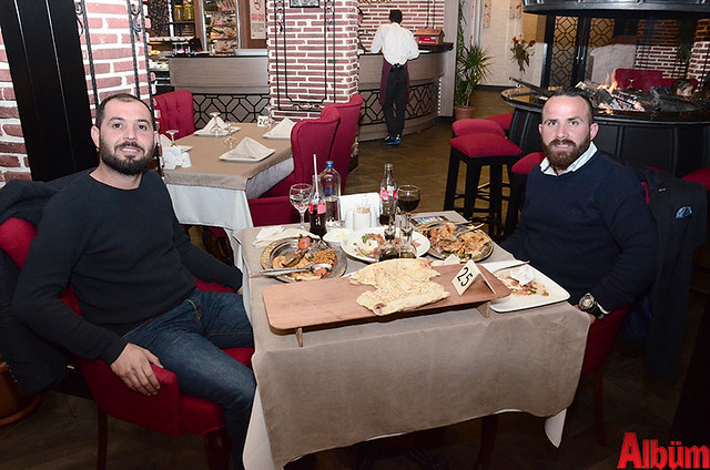 JJ's Restoran Mahmutlar ortakları Hakan Çebiç ve Mesut Sandal Albüm için poz verdi.