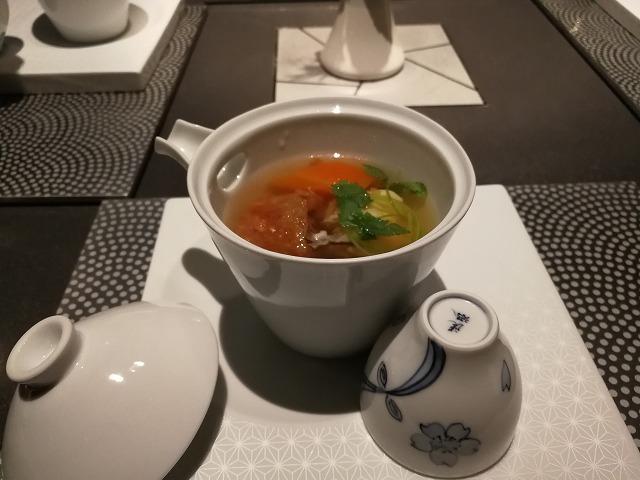<p>b-1)蒸しスープ仕立て(赤米湯葉包み揚げ・帆立真蒸・冬子椎茸</p>