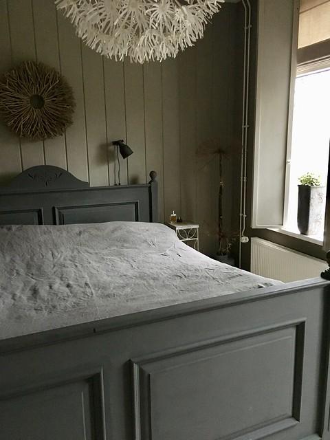 Grijs houten bed, grijs linnen beddengoed