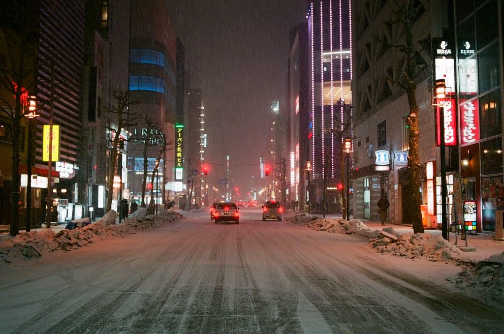 札幌 Sapporo Japan / FUJICOLOR PRO 400H / Nikon FM2 紅色調,街道的樣貌。  Nikon FM2 Nikon AI AF Nikkor 35mm F/2D FUJICOLOR PRO 400H 8271-0035 2016-02-02 ~ 2016-02-03 Photo by Toomore