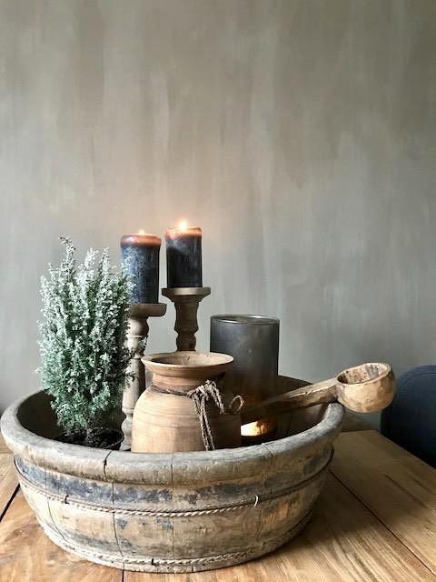 Olijfbak Nepalese vaas houten lepel kalkverf muur