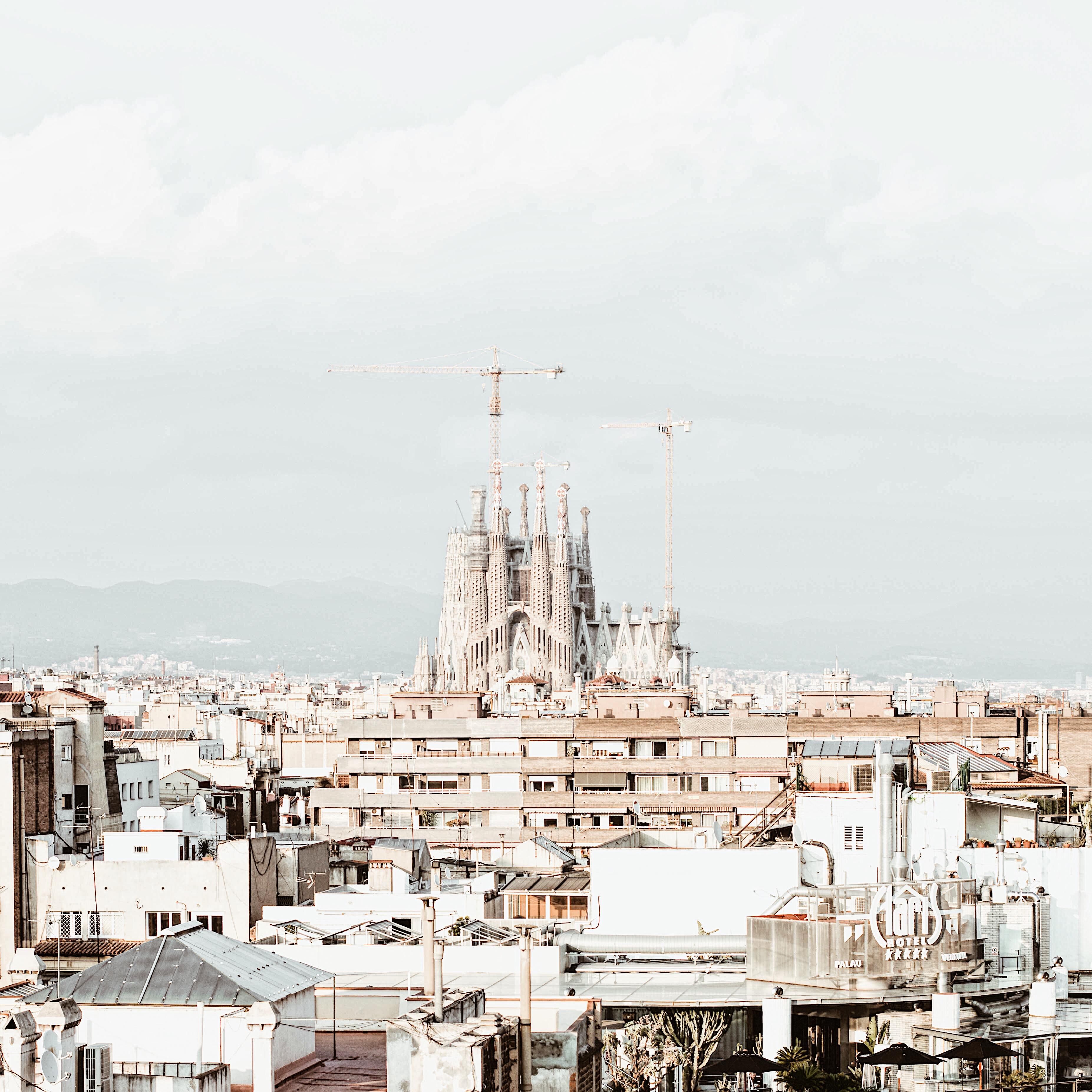 una terraza con vistas de Barcelona