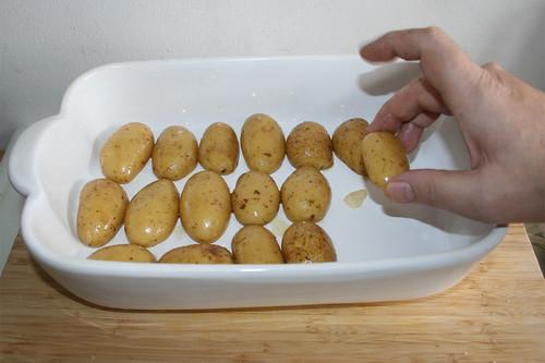 41 - Kartoffeln auf Knoblauchscheiben legen / Put potatoes on garlic slices