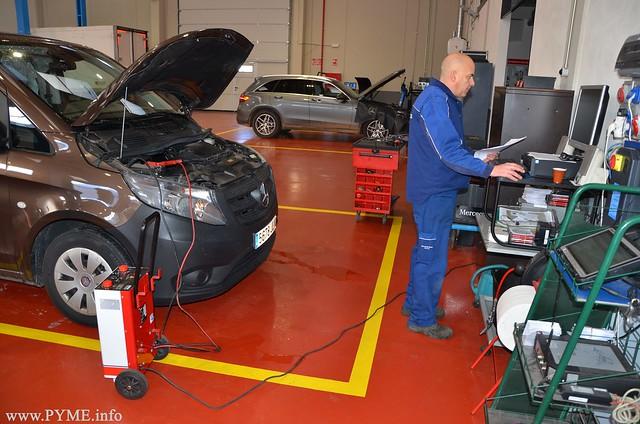 Proceso de reparación de una furgoneta Mercedes por uno de los mecánicos de Adarsa Salamanca.